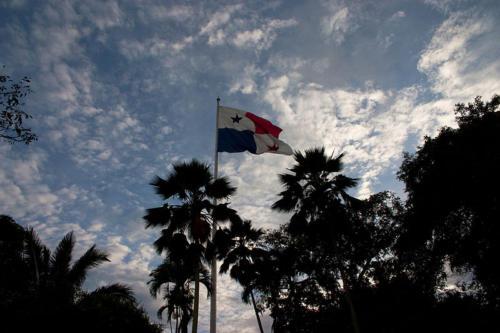 Bandera panameña en la cima del cerro Ancón